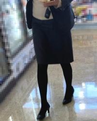 【街撮】ミニのリスク―にスリムな黒ストで美脚のお姉さん?の画像