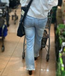 【街撮】スリムなママがお尻プリプリデニ尻でパン線を魅せつける!の画像