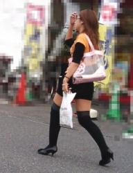 【街撮】ブリケツと生桃に喰い込むニーハイソックスのお姉さん!の画像