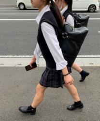 【街撮】下校中に弾ける生脚を魅せつける制服ミニの女子校生!の画像