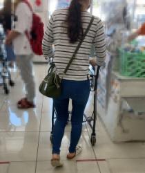 【街撮】ブリケツなピチデニ尻で薄っすらパン線を魅せつけるママさん!の画像