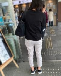 【街撮】ゆるい白チノでブリケツにパン線の縒れを魅せつけるお姉さん?の画像