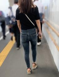 【街撮】ぴちピタなジーンズで歩く度にパン線が浮き出るお尻魅せつけるお姉さん!の画像