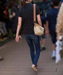 【街撮】ぴちピタなジーンズで歩く度にパン線が浮き出るお尻を魅せつけるお母さん!の画像