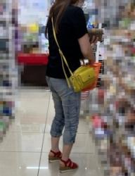 【街撮】緩めなジーンズで歩く度にパン線が浮き出るブリケツを魅せつけるお姉さん!の画像