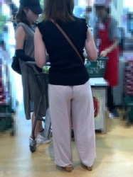 【透け】クッキリと透けてる三角パンティを魅せつけてるお姉さん!!の画像