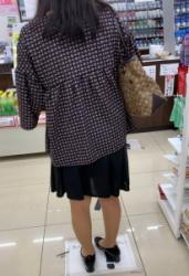 【街撮】フレアのミニでナチュストの美脚を魅せつけるおばちゃん!の画像