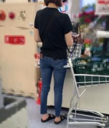 【街撮】ピチなジーンズでパン線が浮き出るブリケツを魅せつけるお姉さん!の画像