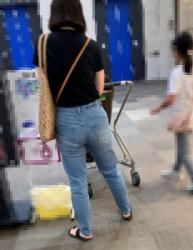 【街撮】ピチなジーンズでブリケツ尻の双丘にパンゴムの食い込みを魅せつけるお母さん!の画像