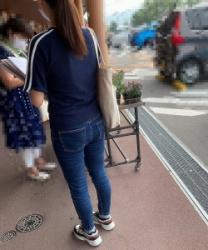 【街撮】ピチなジーンズでブリケツ尻の双丘にパンゴムの食い込みを魅せつけるお姉さん!の画像