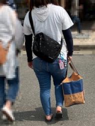 【街撮】ピチなジーンズで超でかブリケツを魅せつけるお姉さん?の画像