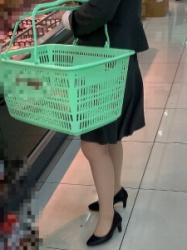 【街撮】フレアのミニでナチュストの美脚を魅せつけるお姉さん!の画像