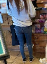 【街撮】レジでブリケツなお尻をピチなジーンズで魅せつけていたお姉さん!の画像