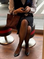 【街撮】リスク―ミニスカで足を組んでるお姉さんの黒パンストがセクシーな美脚!の画像