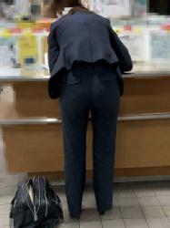 【街撮】リクスーツパンツのお姉さん、パンティラインが透けてますよ!の画像
