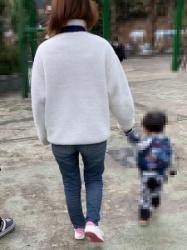 【街撮】ぴちジーンズのお尻谷に喰い込ませパン線も魅せつけていたママさん!の画像