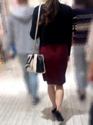【街撮】フレアの膝上ミニスカでナチュストの美脚を魅せつけるお姉さん!の画像