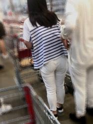 【街撮】ユルユルな白チノでパンティラインや喰い込みを魅せつけるお姉さん!の画像