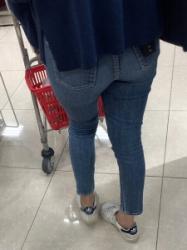 【街撮】買い物中のヤンママがブリケツに喰い込むデニ尻を魅せつける!の画像