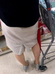 【街撮】膝下のスカートからナチュストのスリムな美脚を晒してるお母さん?!の画像