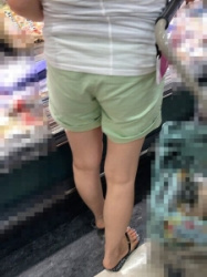 【街撮】チノの短パンで食い込み、生桃、パンティラインを魅せつける!の画像