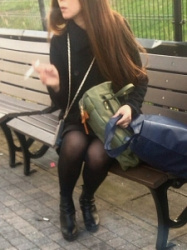 【街撮】黒色のパンティストッキングを履いたスリムな脚にブーティを履いたお姉さん?の画像