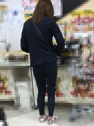 【街撮】スリムなお尻にパンティラインが浮いてるジーンズの似合うお姉さん!の画像