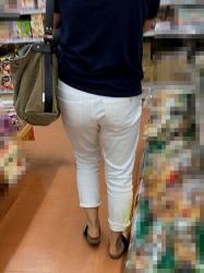 【街撮】ブリケツなお尻に白チノパンツでパンティラインを魅せつけるママさん!の画像