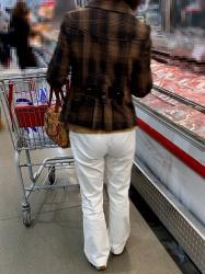【街撮】白チノで尻丘に透き出るパンティを魅せつける熟女さん!の画像
