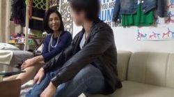 イケメンが熟女を部屋に連れ込んでSEXに持ち込む様子を盗撮した動画。 FANZA限定!先行配信スペシャル!!70の画像