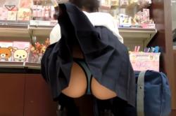 雑貨屋さんでしゃがみ込んて商品を選んでいる女子校生のスカートをステッキでめくり上げて食い込みTバックの若くてハリのあるプリプリのお尻を隠し撮りの画像