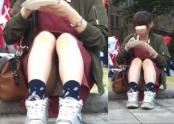 【正面パンチラ盗撮】学園祭!?地べたに座り込む食事中の女子大生JDをこっそり隠し撮り。スカート内にカメラのピントを合わせズーム!はたしてパンツは見えたのか。【ShareVideosエロ動画】の画像