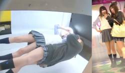 【パンチラJK盗撮】顔出し有。ギャルJKが可愛いキメポーズでプリクラ撮影中♪ボックス内を逆さ撮りカメラで撮影したら妙にエロいチラり映像が撮れてしまった…ギャルだけにスカートが超短い!【Redtubeエロ動画】の画像