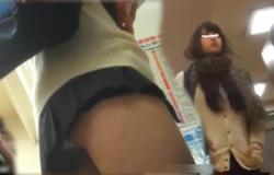 【本屋パンチラ盗撮】膝上何cm・・・超短いミニスカートのJKちゃん、逆さ撮りカメラでパンツ丸見え!ワレメに食込んだ純白パンティ、ハミ出るプリケツ、ムッチムチの太モモ接写撮りも抜き所。【ShareVideosエロ動画】の画像