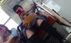 【電車パンチラ盗撮】スマホで顔が隠れているけどおそらく童顔のロリJKちゃん。スカート内を覗くべく変態ロリコン盗撮師が隠しカメラで対面ズーム盗撮。パンツを見ることはできたのか!?【Pornhubエロ動画】の画像