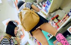【ロリJKパンチラ盗撮】おまんこスースー露出歩行!?J〇みたいな童顔ロリ少女が豪快な丸出しパンチラ状態でお買い物!このスカートの短さは一体…変態オヤジが背後から少女を撮影中。【Pornhubエロ動画】の画像