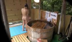 【野外露出】混浴露天風呂に入った女子大生カップルが初々しい!の画像