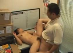 万引きで補導された貧乳娘が事務所で店長にハメられちゃうところを隠し撮り!!!の画像