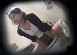 人妻がトイレの個室でウォシュレット・オナニーをしているところを隠し撮り!!!の画像