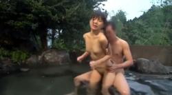 【野外露出】可愛い貧乳パイパン娘が露天風呂でマ○コを突きまくられ、潮を吹き吹き連続昇天しちゃいますぅ!!!の画像
