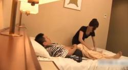 ホテルで呼んだ出張マッサージ師の人妻に欲情した男は、見境もなく、マッサージの最中に、パンツに手を入れてしごき出しちゃいますぅ!!!の画像