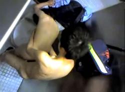 若いカップルがトイレで全裸になって立ちバックで激しく突いているところを隠し撮りしたものですぅ!!!の画像