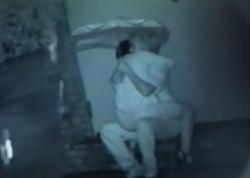 カップルが雨の降る夜の屋外で野外露出セックスをしているところを隠し撮りしたものですぅ!!!の画像