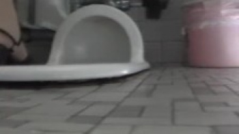 排尿にオナニーする様子を隠し撮りされたOLギャル、和式便所でのオシッコに股間を弄る様をの画像
