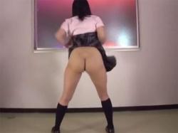 ミニスカ制服ギャルが激しい曲に合わせ腰振りエロダンス排尿しながら撒き散らすおしっこダンスをの画像