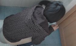 若い女性がトイレに入ってくるのを待ち構える盗撮師がギャルの排尿を盗み撮りの画像