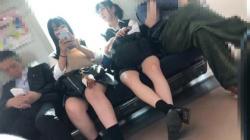 【盗撮・パンチラ】2人組女子高生を電車の中から付け回して構内で逆さ撮りパンチラの画像