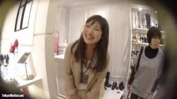 【盗撮・パンチラ】笑顔が可愛らしい美人店員お姉さんの黄色いパンティをひつこく盗撮の画像