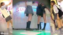 【盗撮・パンチラ】仲良しギャル女子高生2人組がプリクラに夢中になってる所をパンティを盗撮の画像