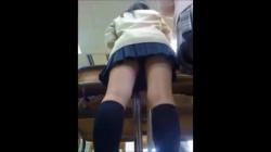 【盗撮・パンチラ】学校の同級生がカバンに仕掛けたカメラで同級生のパンティを盗撮の画像